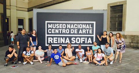 Students pose in front of the Museo Nacional Centro De Arte